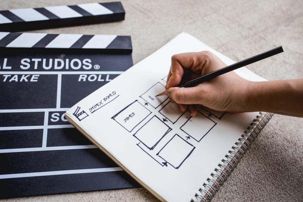 Foto de pessoa escrevendo roteiro de vídeo marketing
