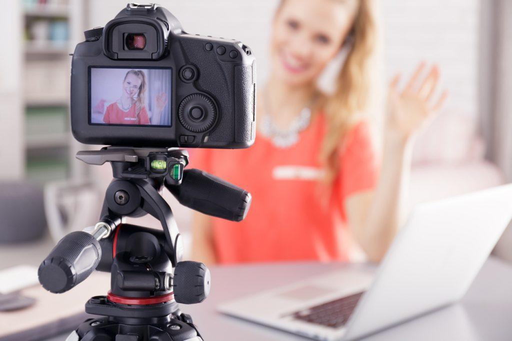 Foto de uma mulher gravando vídeo para o youtube. Dica de vídeo marketing sobre transmissão ao vivo