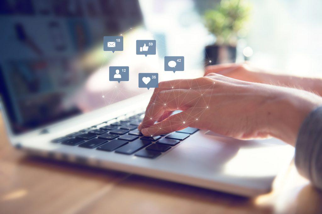 Foto de usuário de redes sociais gerenciando seus relacionamentos. Representação de como vender nas redes sociais