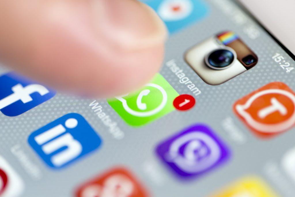 Foto de smartphone com o aplicativo WhatsApp, que é uma ferramenta para vender nas redes sociais