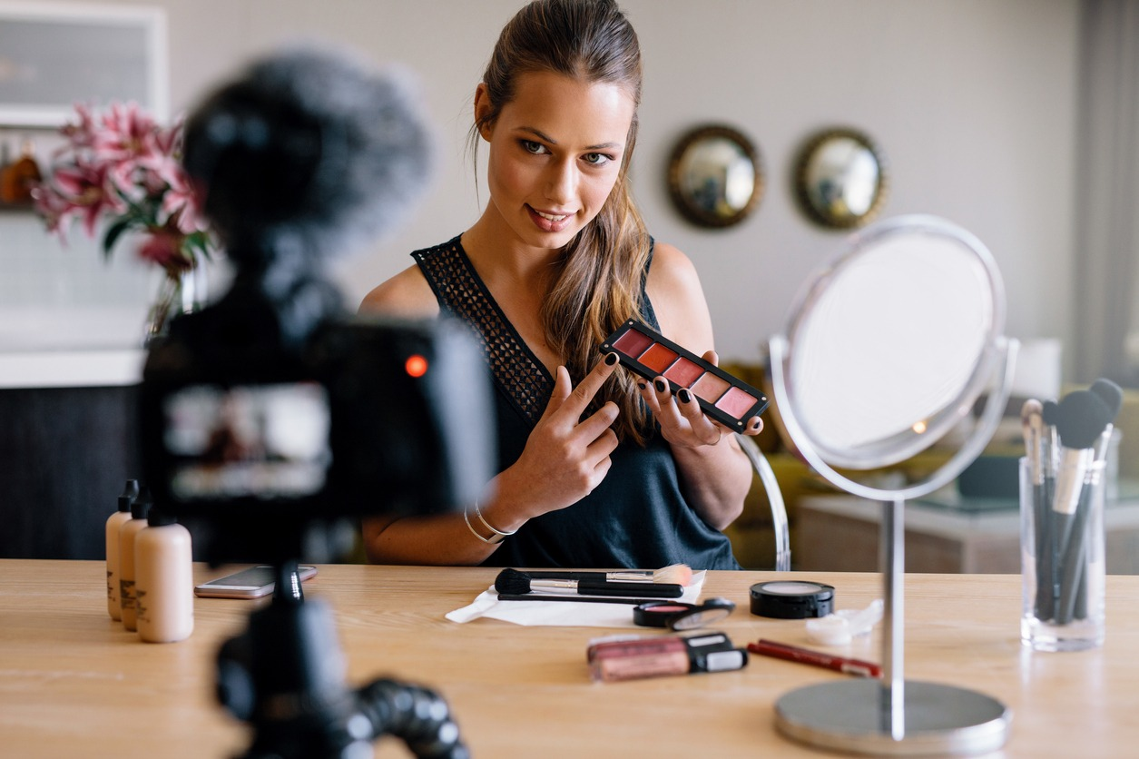 Foto de youtuber mostrando produto no vídeo. Uma ideia de ação com os melhores influenciadores digitais