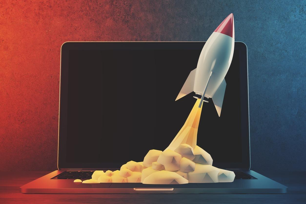 Ilustração de um foguete saindo do notebook, representando as tendências de marketing digital para 2019