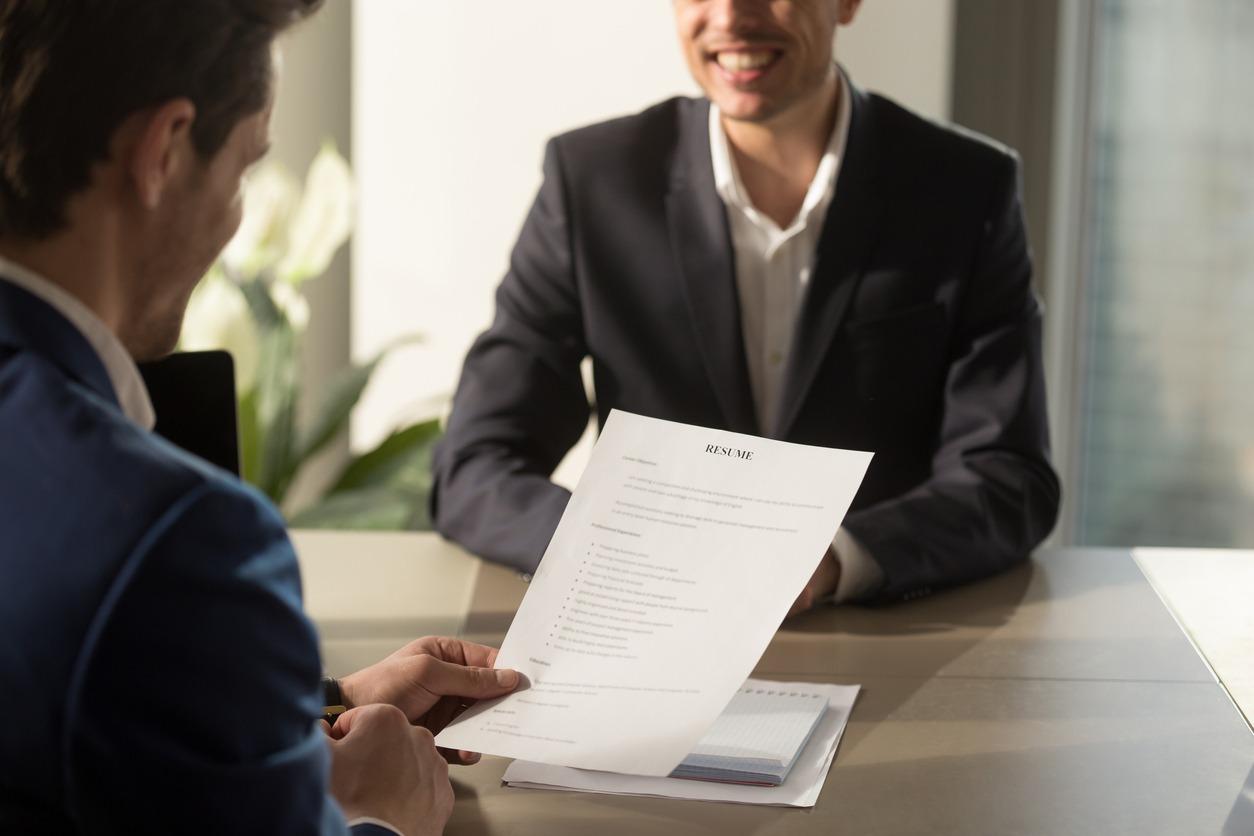 Foto mostrando uma entrevista de emprego, que usa o linkedin como um dos critérios